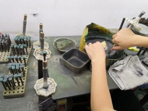 Cutting-process-Lab-created-emerald-green-stones-china